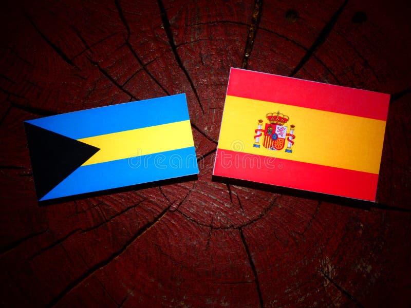 Bahamas señalan por medio de una bandera con la bandera española en un tocón de árbol foto de archivo libre de regalías