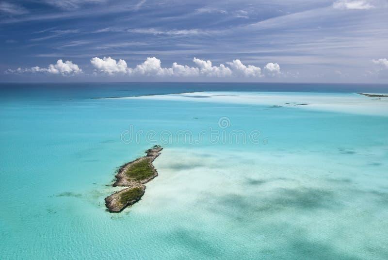 Bahamas vom Himmel, Insel-Paradies lizenzfreie stockfotos