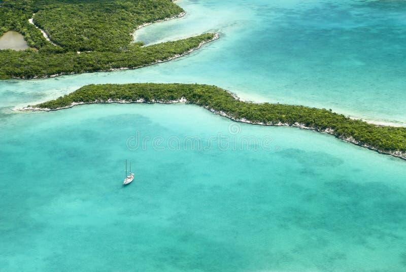 Bahamas vom Himmel, mit einer Yacht lizenzfreies stockfoto