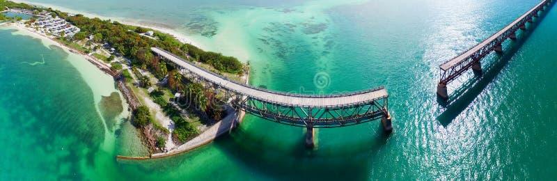 Bahia Honda Bridge panorama- flyg- sikt på den utländska huvudvägen - F royaltyfri foto