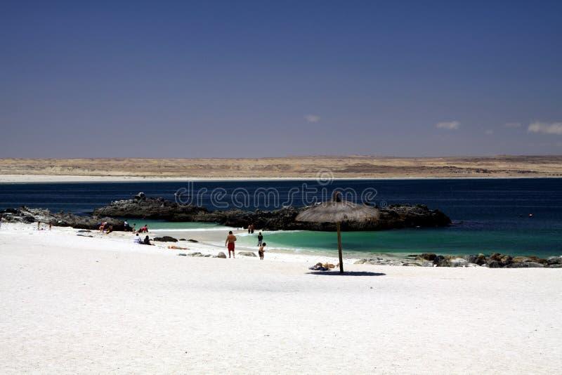 BAHIA INGLESA, CHILE - DECEMBER 26 2011: Vit sandstrandPlaya blanca på Stillahavskusten av den Atacama öknen arkivfoto