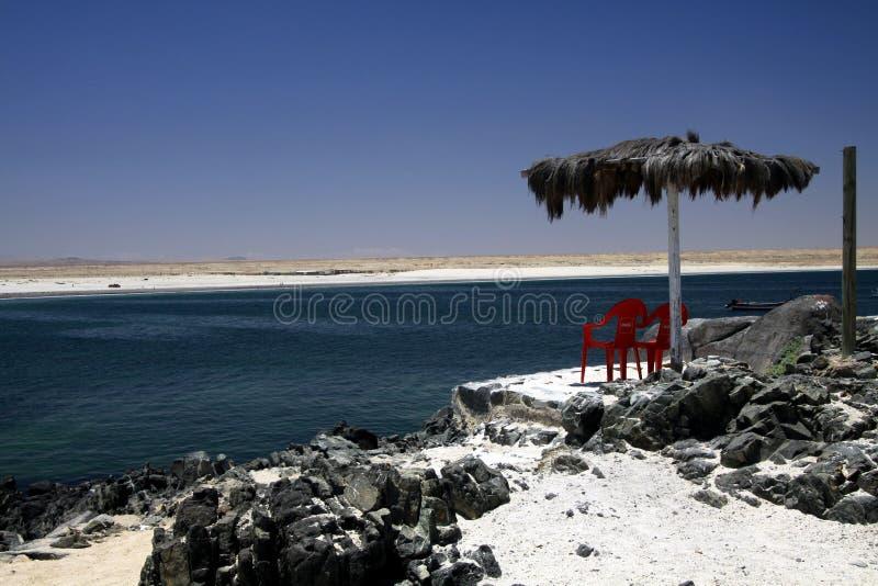 BAHIA INGLESA, CHILE - DECEMBER 26 2011: Vit sandstrandPlaya blanca på Stillahavskusten av den Atacama öknen med isolerat rött arkivbild