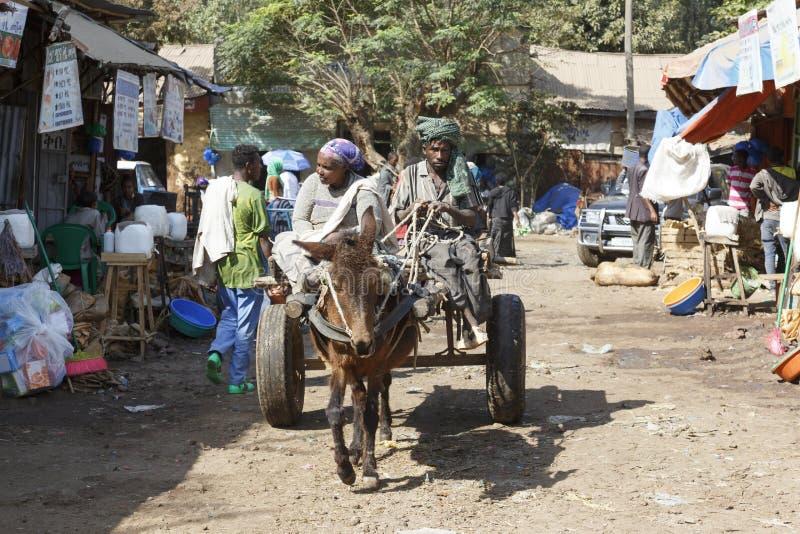 Bahir Dar, Ethiopië, 14 Februari 2015: Een oud paar drijft hun ezelsvervoer door een markt royalty-vrije stock fotografie