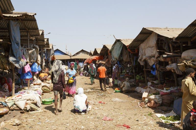 Bahir Dar, Ethiopië, 14 Februari 2015: Marktscène in Bahir Dar, waar de goederen van alle soorten voor verkoop worden aangeboden royalty-vrije stock afbeeldingen