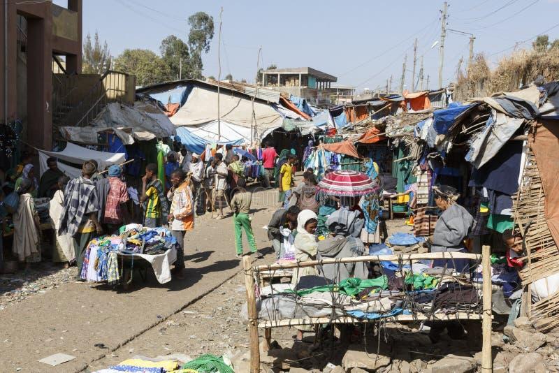 Bahir Dar, Ethiopië, 14 Februari 2015: Marktscène in Bahir Dar, waar de goederen van alle soorten voor verkoop worden aangeboden royalty-vrije stock foto's