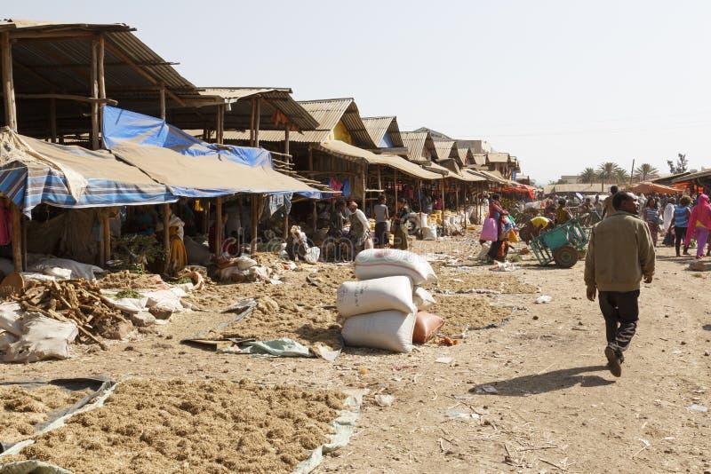 Bahir Dar, Etiopía, el 14 de febrero de 2015: En mercado un grano se diseña para secarse y ofreció en venta fotos de archivo libres de regalías