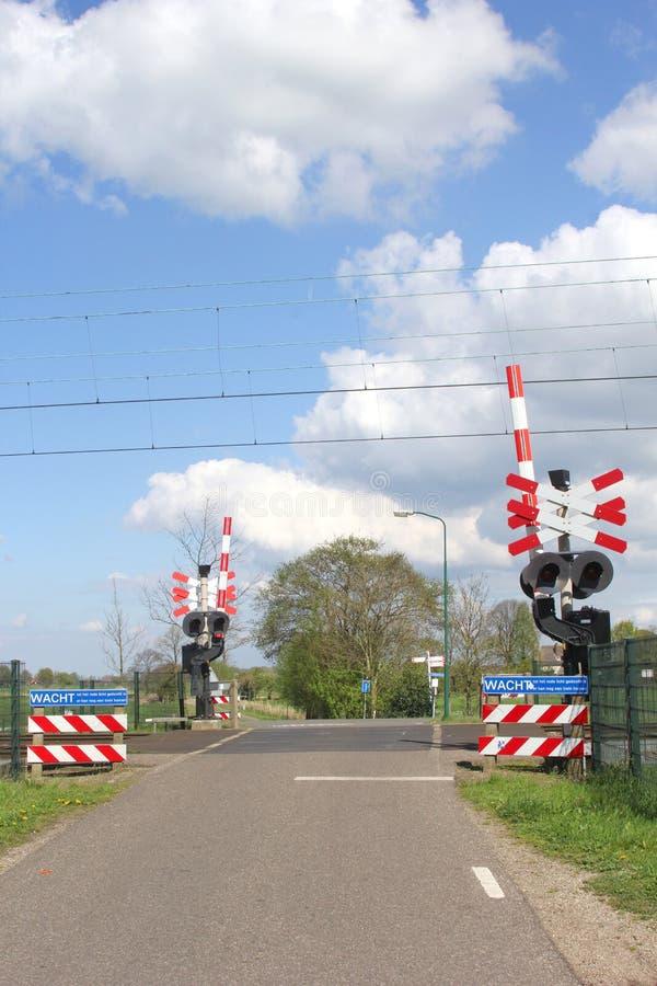 Bahnübergang in einem niederländischen Polder lizenzfreies stockfoto