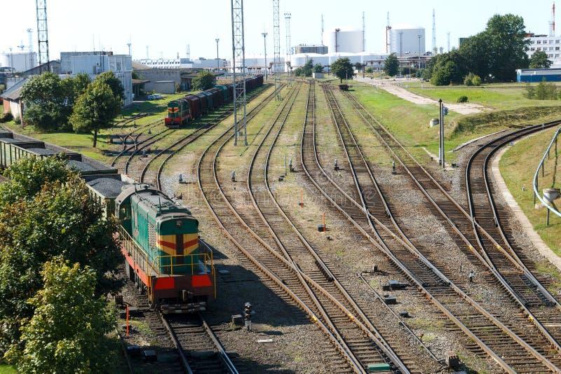 Bahnübergang mit Zügen lizenzfreie stockfotografie