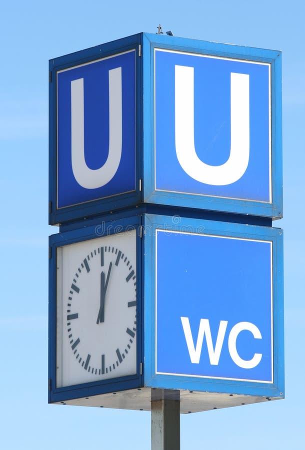 bahn时钟对u的路标地铁 免版税库存照片