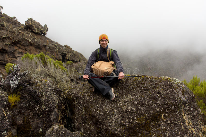 Bahn auf Kilimanjaro auf dem Machame-Weg-Whisky Tag 4 stockfotografie