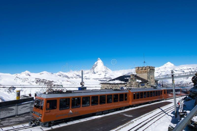 Bahn de Gornergrat, le seul train où voyageurs de services sur le chemin de fer de Matterhorn image libre de droits