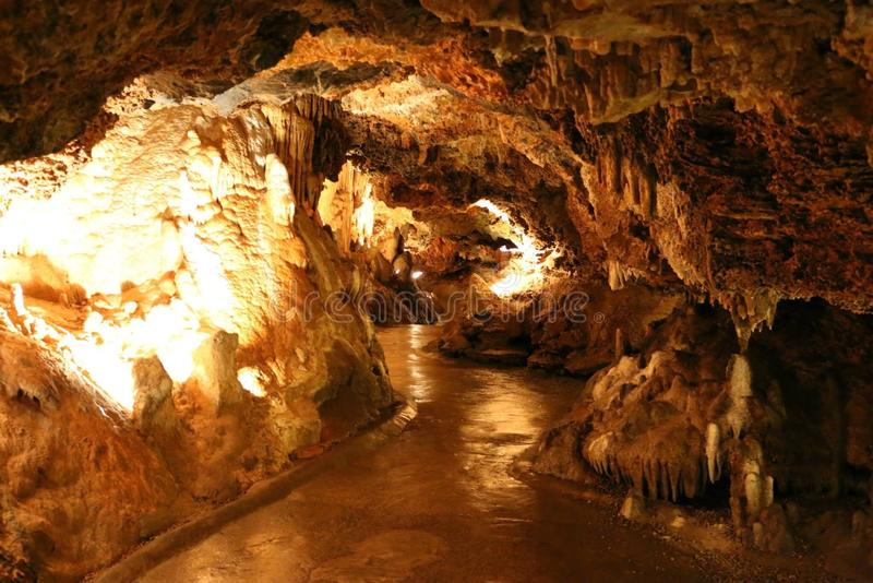 Bahn in einer Höhle stockbild