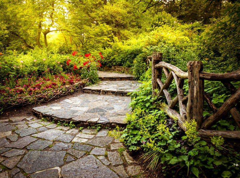 Bahn im Shakespeare-Garten im Central Park New York City stockfotos