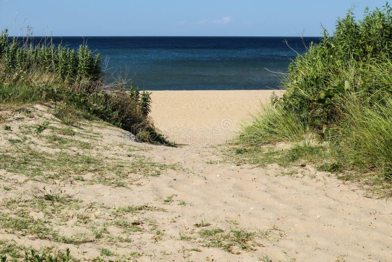 Bahn, zum am Meerblick-Strand in Norfolk, VA auf den Strand zu setzen stockfotografie