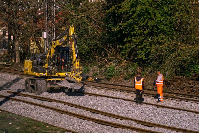 Bahnbau mit Arbeitern lizenzfreies stockbild