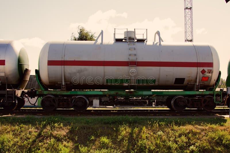 Bahnbehälter für Transportbrennstoff, Eisenbahnbassinwagen lizenzfreie stockfotos