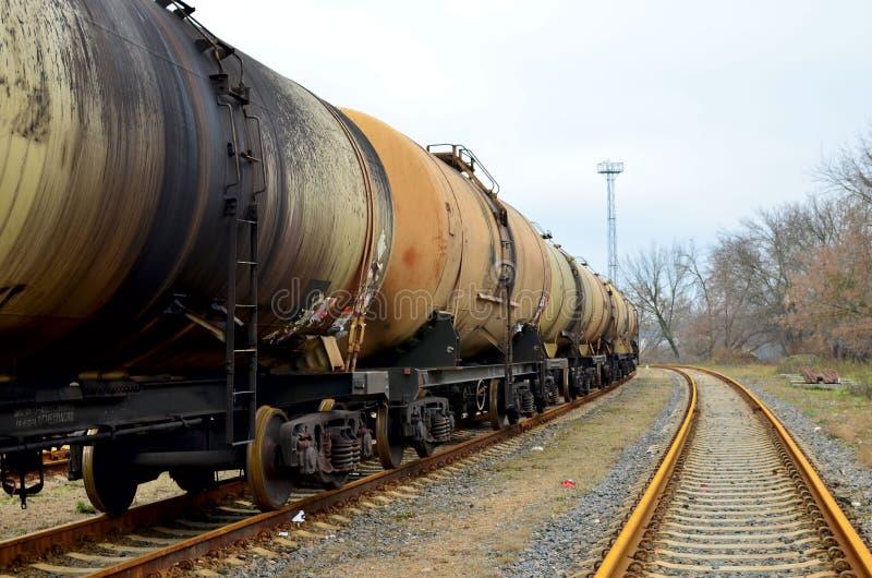 Bahnbehälter, Transport des Öls, Benzin, Öl oder Gas durch Schiene stockfotografie
