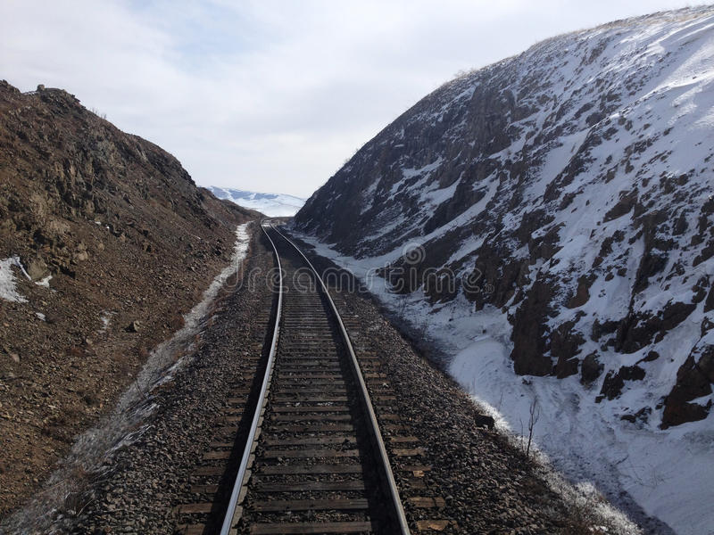 Bahngleise auf schneebedeckten Bergen stockbilder