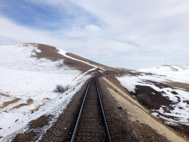 Bahngleise auf schneebedeckter Landschaft stockbild