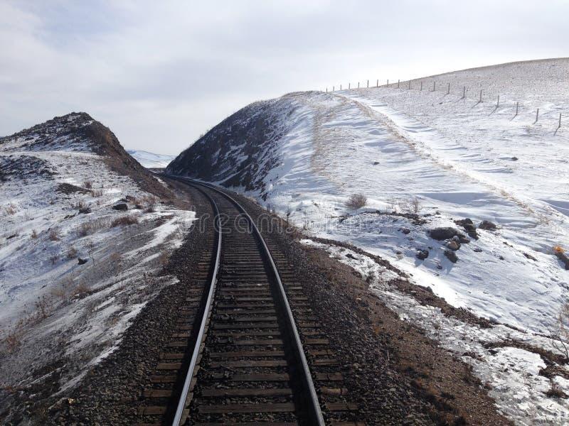 Bahngleise auf schneebedeckter Landschaft stockbilder