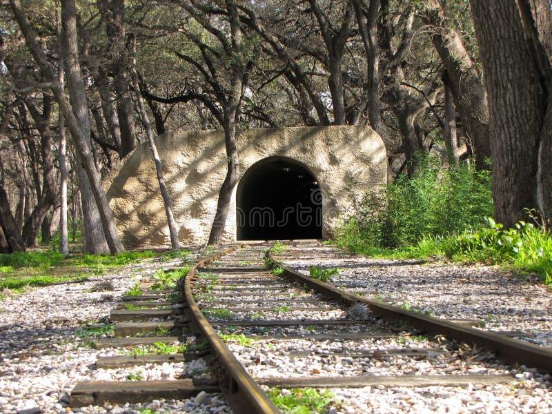 Bahngleise, die führen, um einen Tunnel anzulegen stockfoto