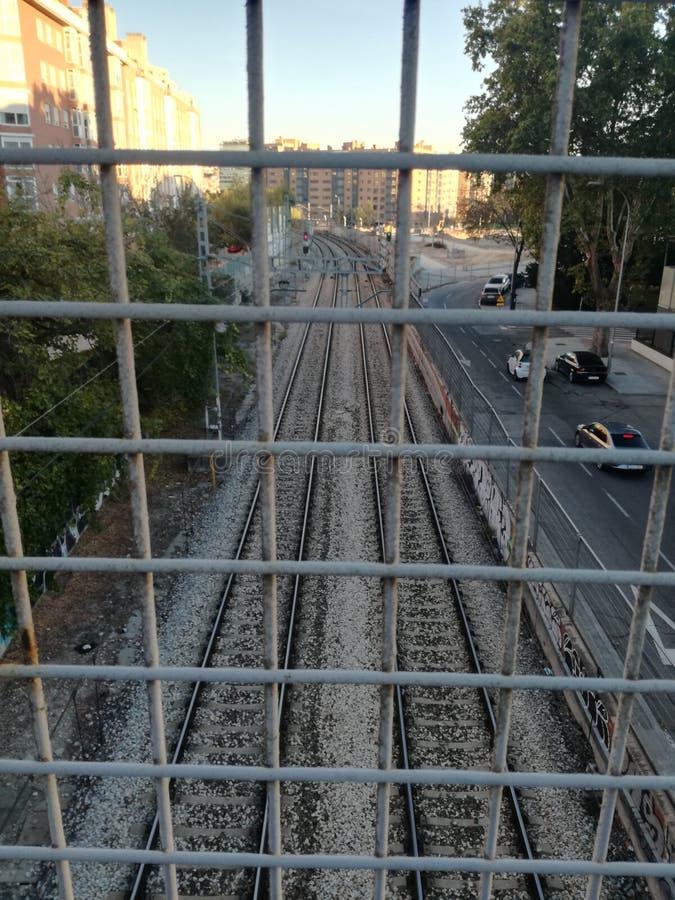Bahngleise hinter dem Tor stockfotos