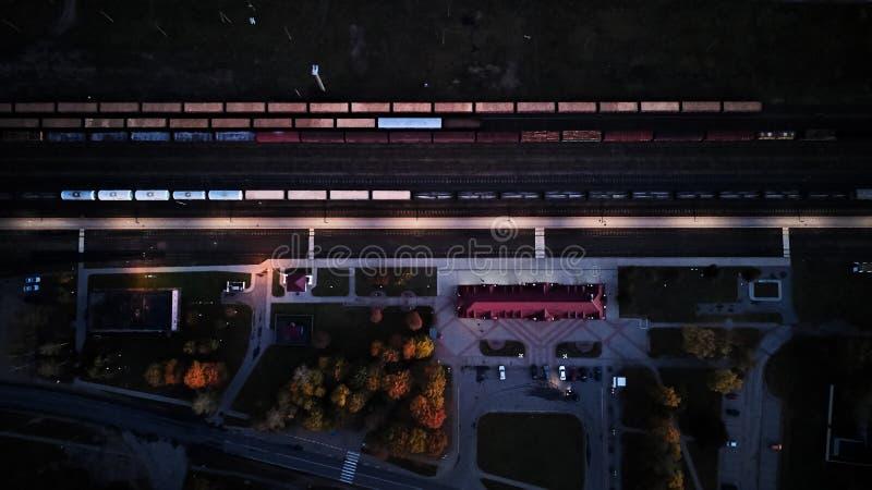 Bahnhof an der Nachtdraufsicht Abstraktion von den Lastwagen lizenzfreie stockfotografie