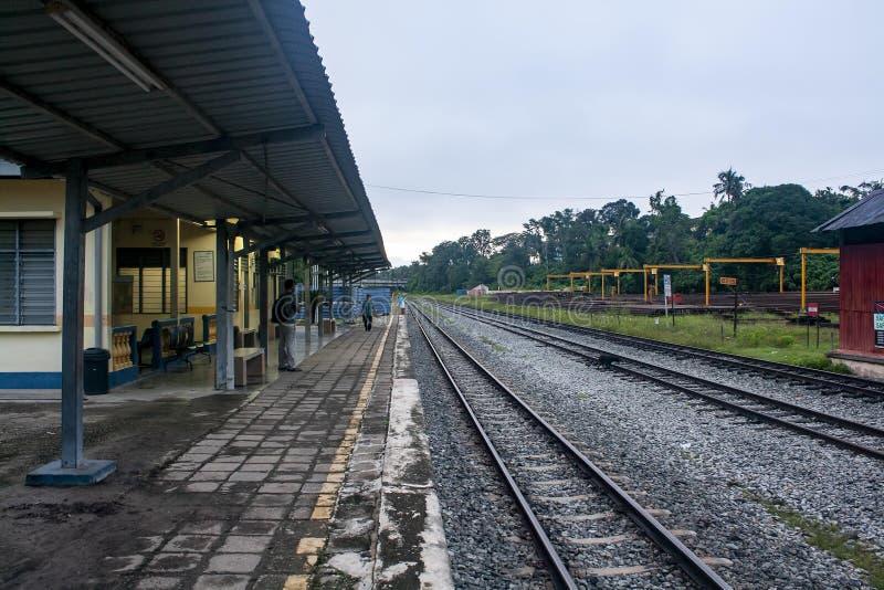 Bahnhof am frühen Morgen stockbilder