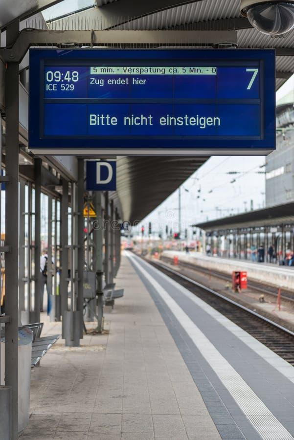 Bahnhofs-Zeitplan-Brett Frankfurts zentrales stockfotos