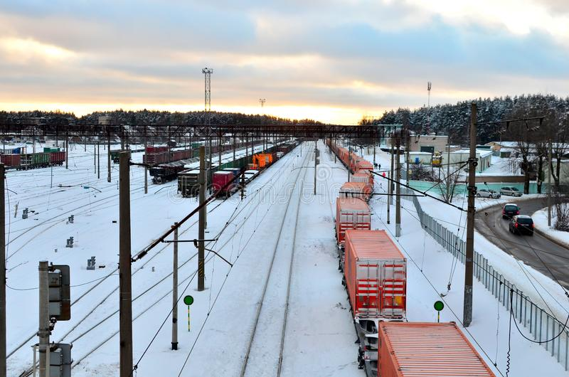 Bahnhofsansicht von Güterwagen, von Behälter, von Zisterne und von Zug Logistik befördern Bahnbeförderung stockbild