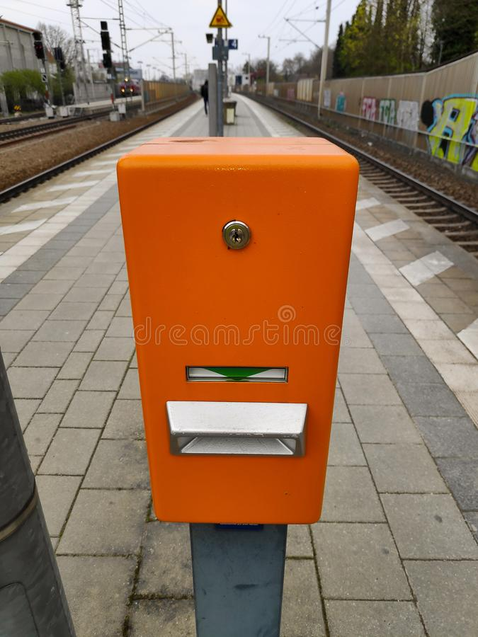 Bahnhofsbahnfahrkartevalidator lizenzfreie stockbilder