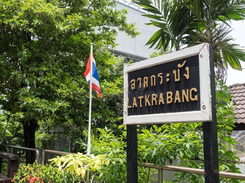 Bahnhofsbild Lat Krabang zeigt seine Plattform mit Stationszeichen stockbild