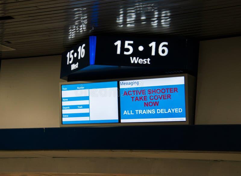 Bahnhofsmitteilungszeichen, das anzeigt, dass Züge an einem aktiven tireur verzögertes liegen lizenzfreie stockfotografie