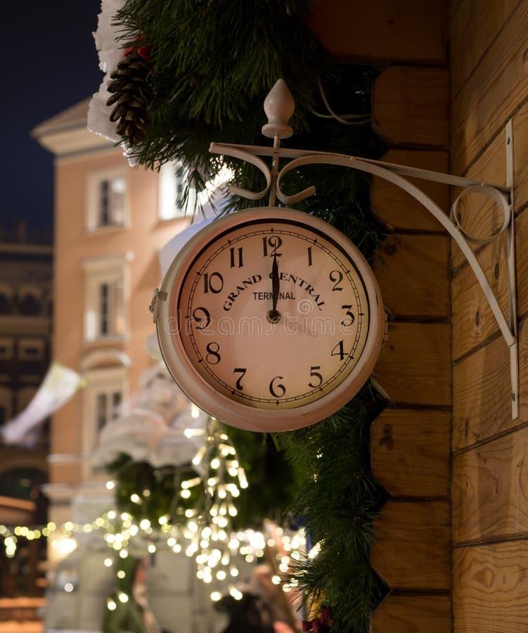 Bahnhofsuhren auf Mitternacht des neuen Jahres - Herstellung eines Wunsches lizenzfreie stockbilder