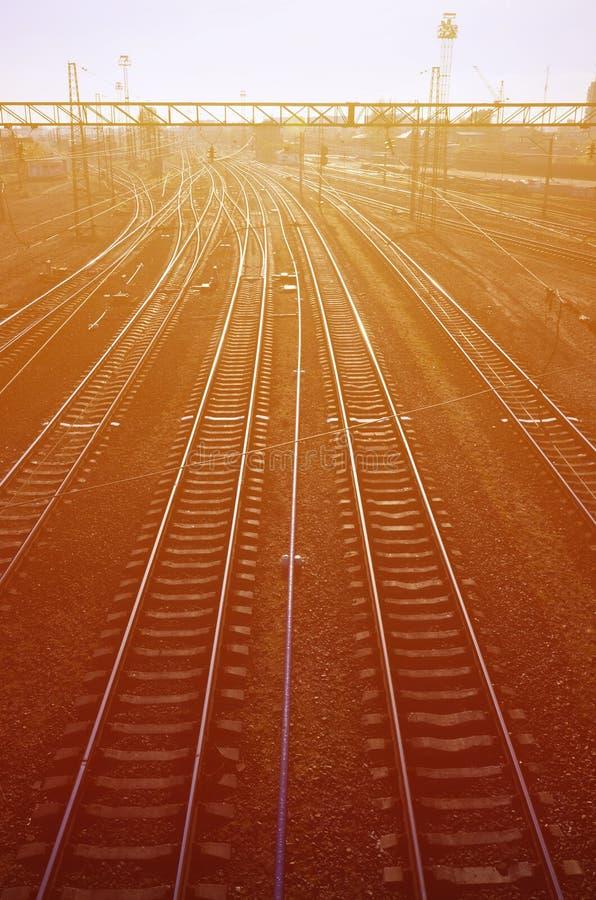 Bahnlandschaft Leeren Sie Eisenbahnlinien im Depot unter dem Freilicht wenn das Morgen ligh lizenzfreie stockfotografie