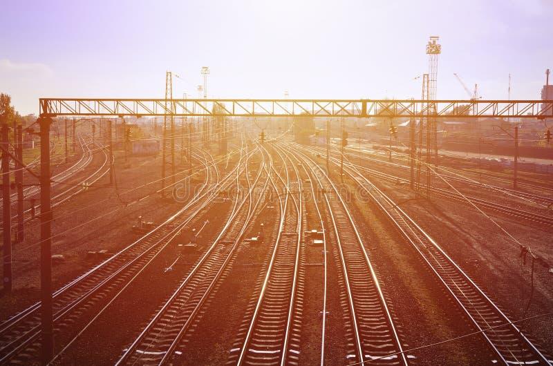 Bahnlandschaft Leeren Sie Eisenbahnlinien im Depot unter dem Freilicht wenn das Morgen ligh stockfoto