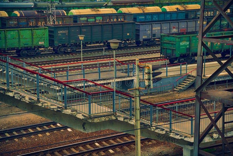 Bahnplattform, ein Güterzug mit Behältern stockbild