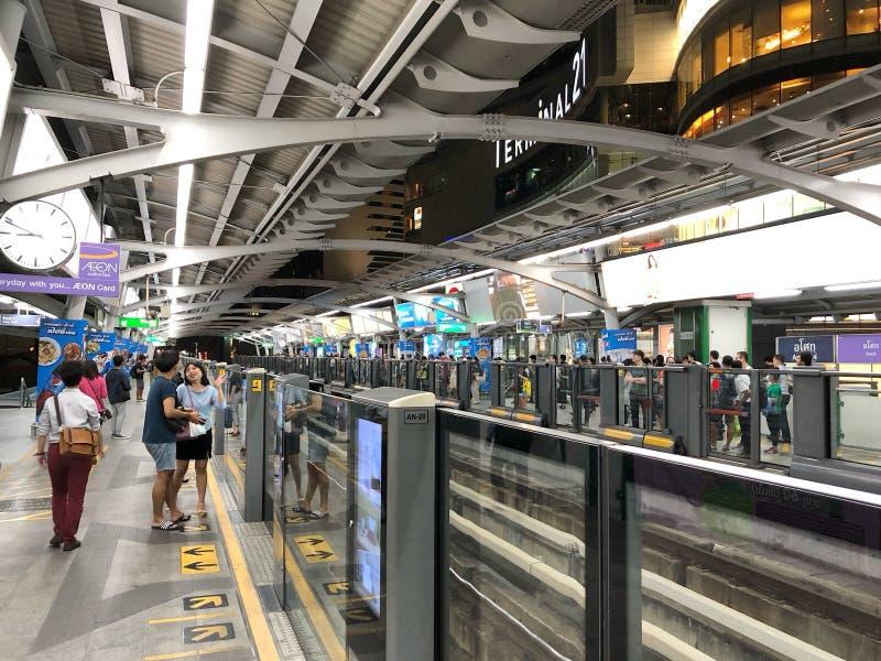 Bahnreisendewartung ein näherndes BTS Skytrain lizenzfreies stockfoto