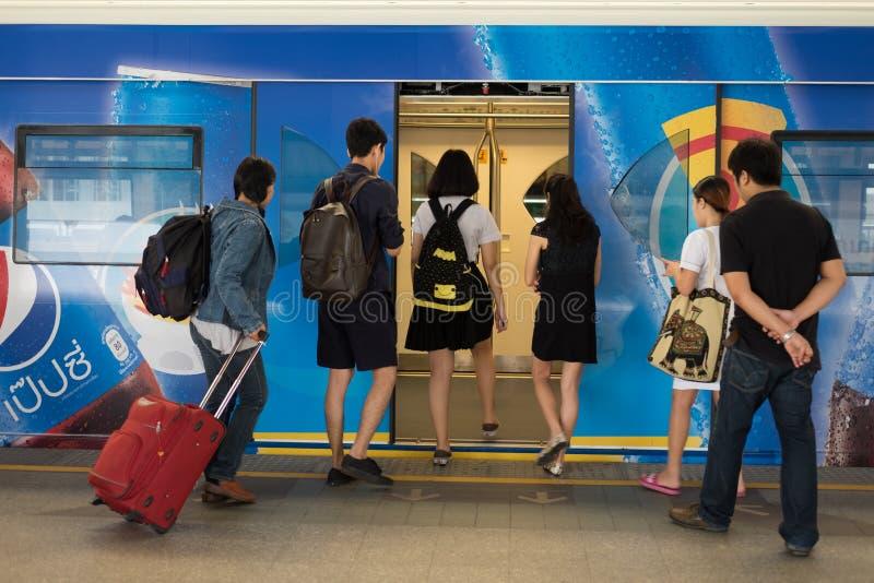 Bahnreisendewartung ein näherndes BTS Skytrain lizenzfreie stockbilder