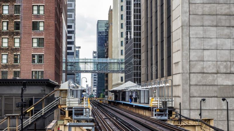 Bahnstation auf erhöhten Bahnen innerhalb der Gebäude an der Schleifen-, Glas- und Stahlbrücke zwischen Gebäude Chicago-Stadtzent lizenzfreie stockfotografie