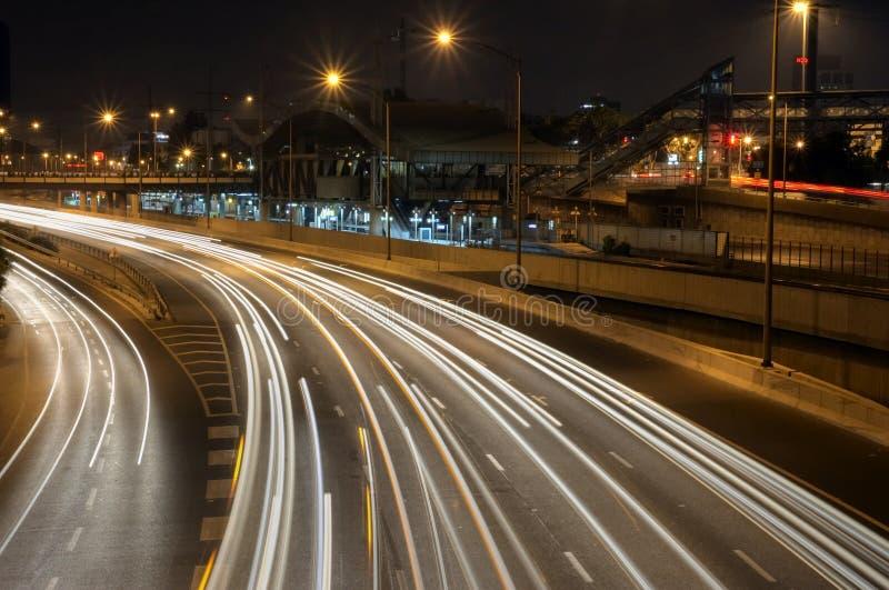 Bahnstation bis zum Nacht lizenzfreie stockfotografie