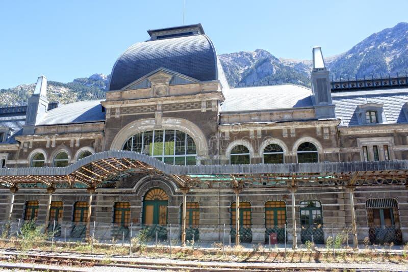 Bahnstation in Canfranc mit der Eisenbahn vor ihr lizenzfreie stockfotos