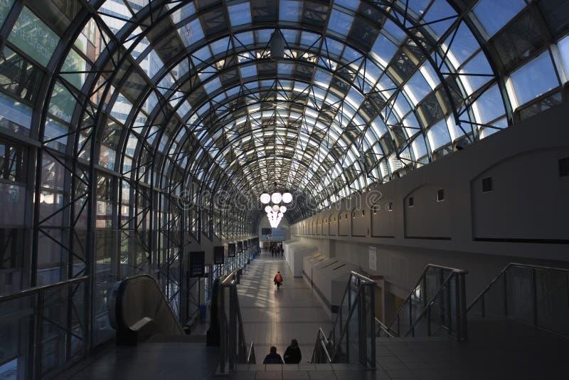 Bahnstation-Gehweg stockfotos