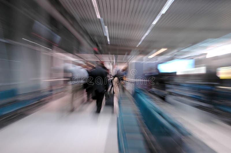 Bahnstation mit Fluggästen stockfoto