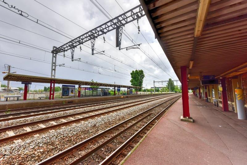 Bahnstation Villeneuve-Le-ROI stockfotos
