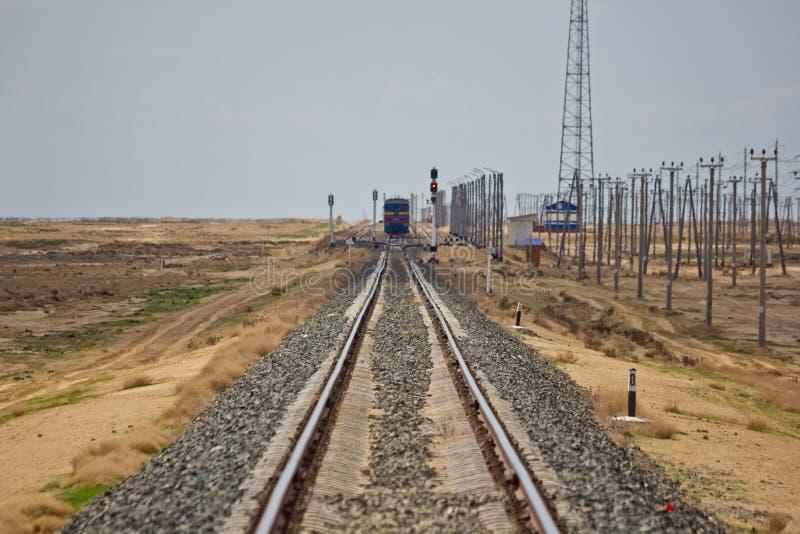 Bahnstrecke, die durch die Wüste führt Serie kommt stockfotos