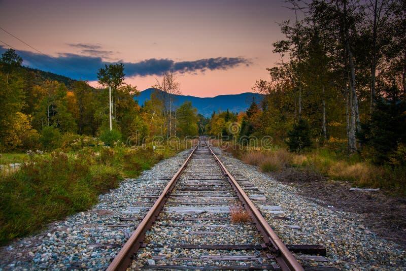 Bahnstrecke und entfernte Berge bei dem Sonnenuntergang gesehen in weißem MoU lizenzfreies stockfoto