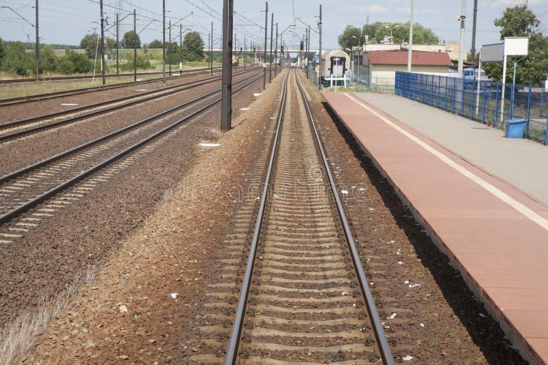 Bahnstrecke-und Stations-Plattform in Polen lizenzfreie stockfotografie