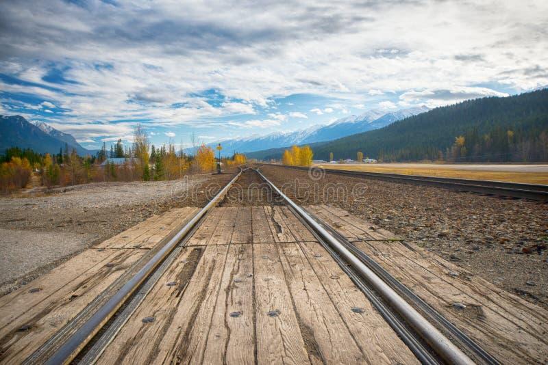 Bahnstrecken im Horizont mit kanadischen Rocky Mountains stockbilder
