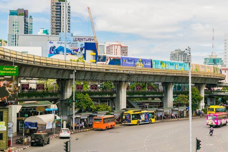 Bahnstrecken von BTS durch Bangkok-starken Verkehr Thailand stockbilder